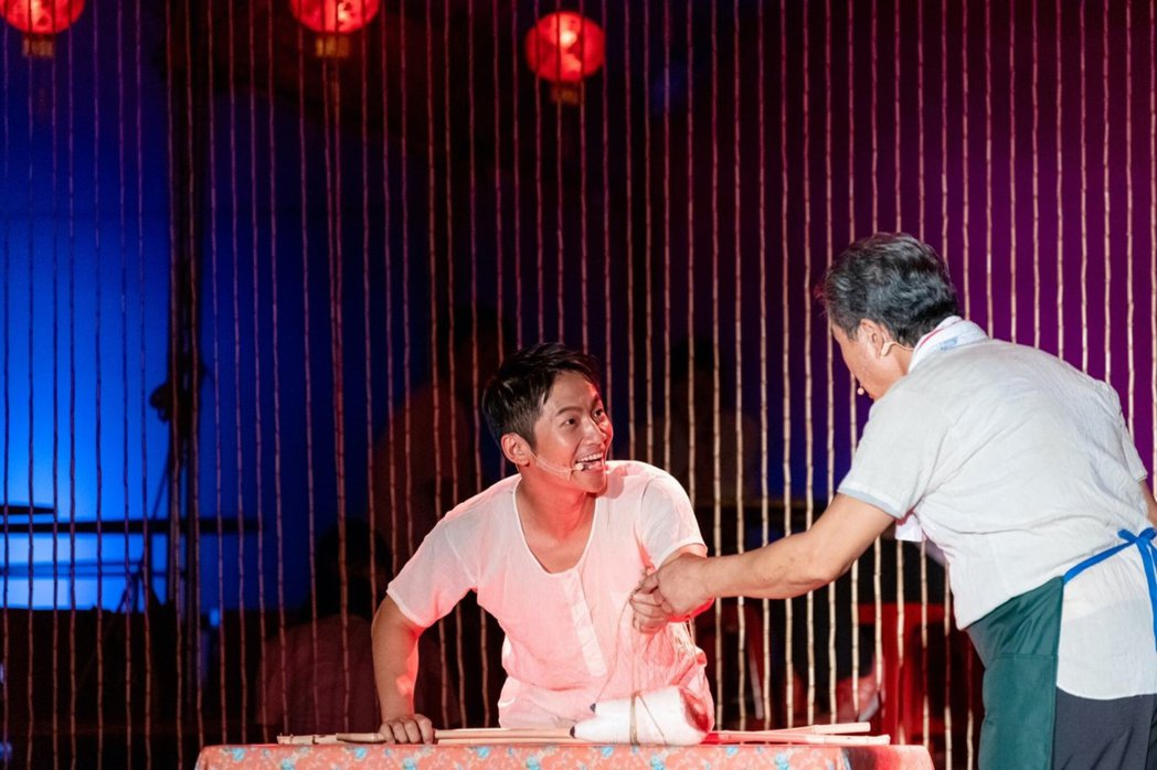 蔡昌憲演出舞台劇「十二碗菜」。圖/兩廳院提供