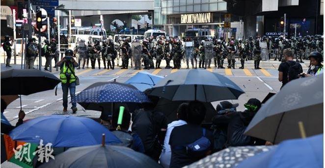 香港近千示威者中環以傘陣對抗警方施放催淚彈,警方現場擊發橡膠子彈,警民持續對峙。...