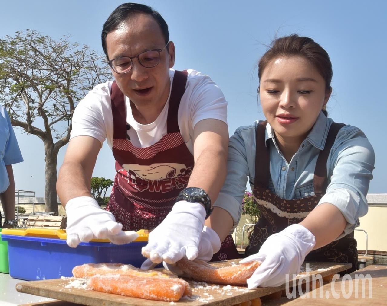 朱立倫到雲林和立委參選人張嘉郡合拍農產MV,體驗烏魚子製作過程。記者蔡維斌/攝影