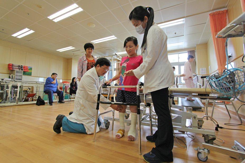 花蓮慈濟醫院名譽院長陳英和(前排左)視病猶親,讓患者陳小姐深受感動,都稱呼他為「院長爸爸」。圖/花蓮慈濟醫院提供