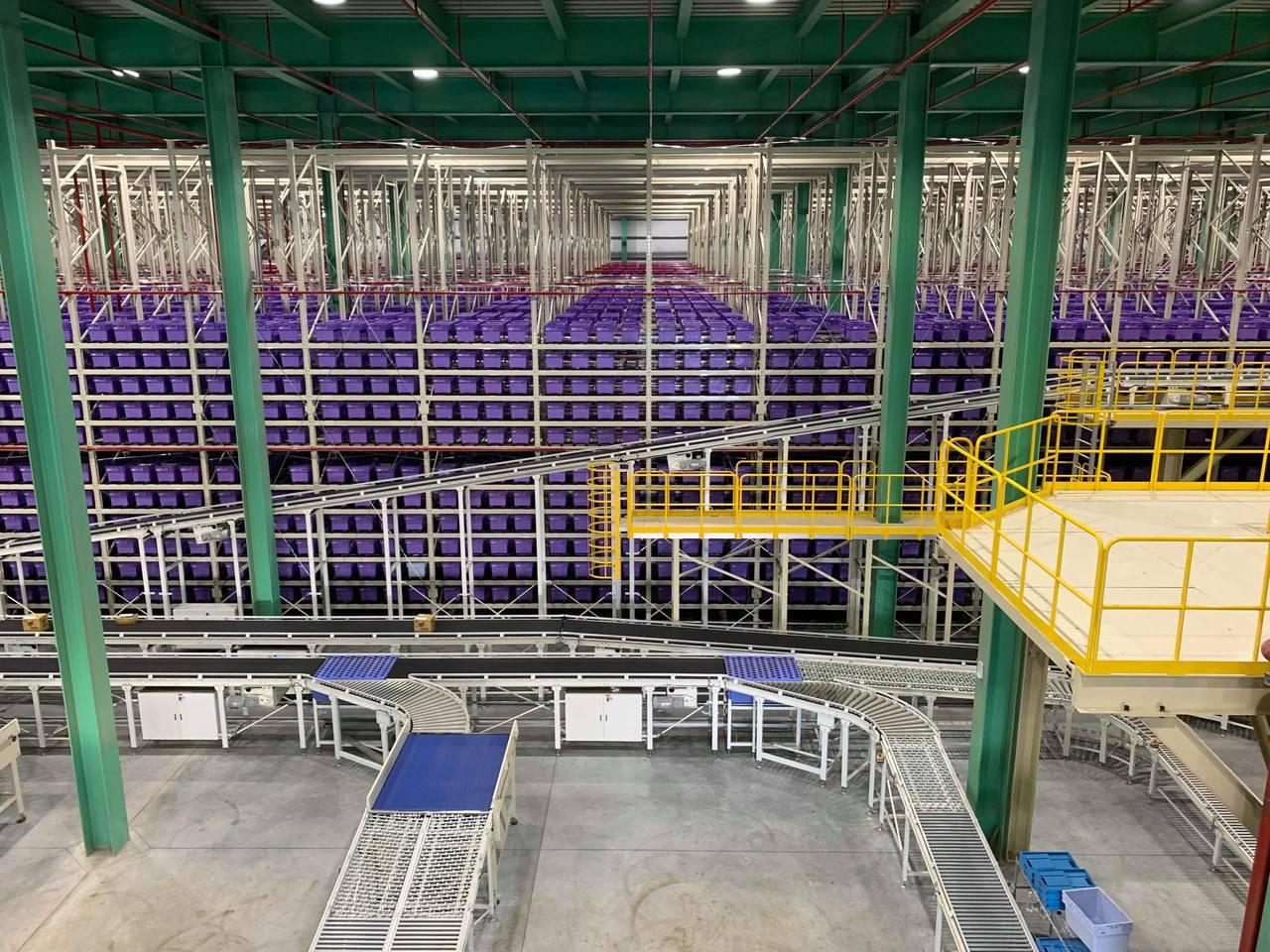 數萬個小箱子堆疊起的紫色帝國,現場震撼感十足。記者徐力剛/攝影