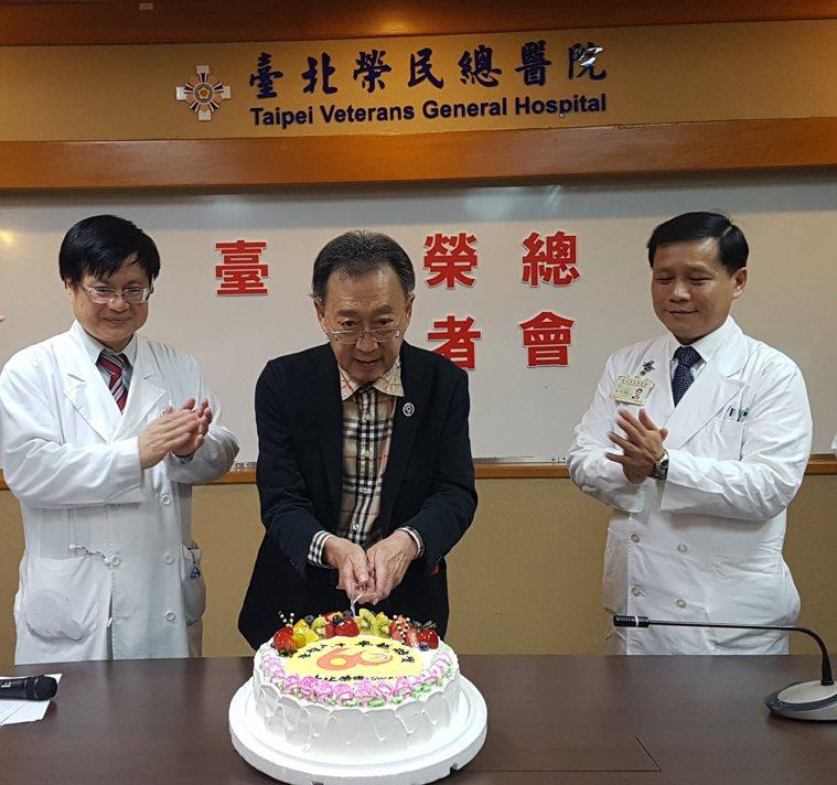 黃先生(中)經過小腸移植後終於能正常進食,北榮副院長黃信彰(左)及移植外科主治醫...