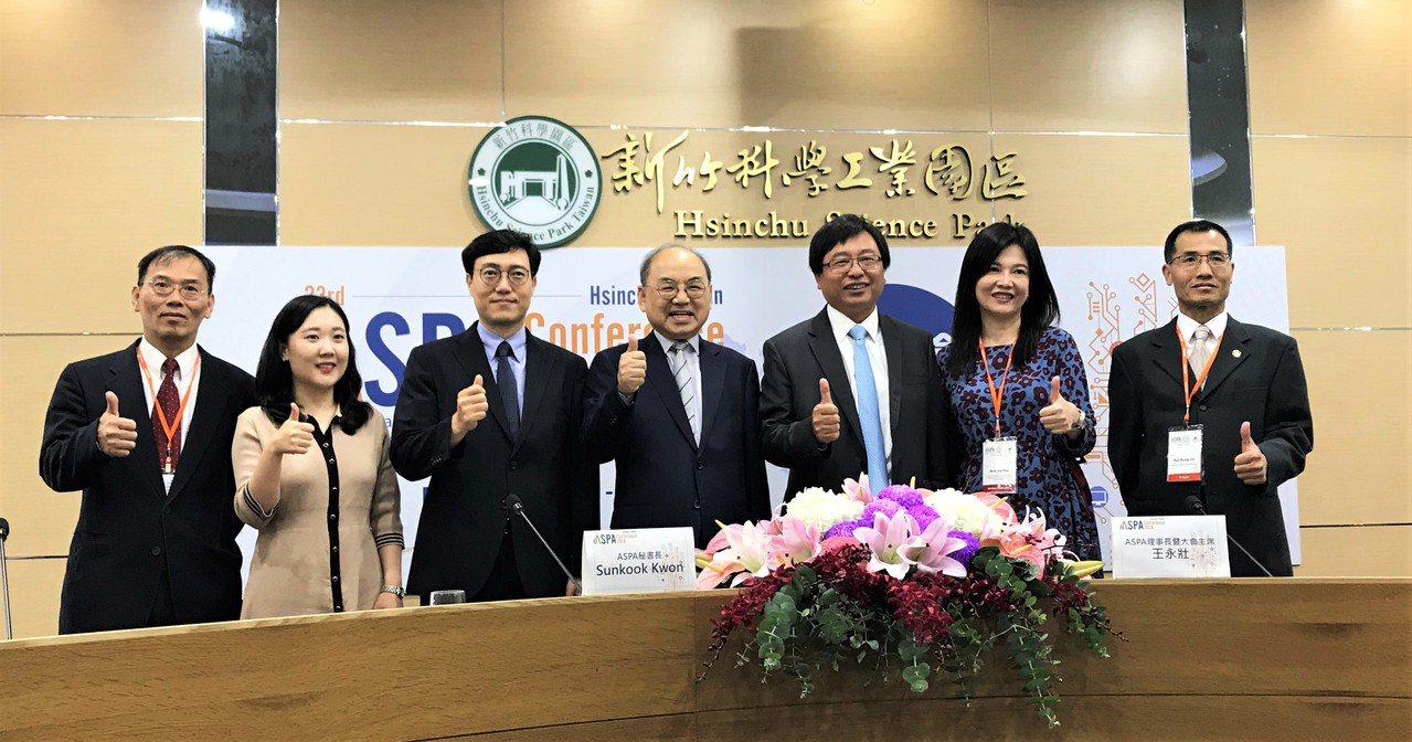 竹科管理局局長及是現任ASPA理事長王永壯(右三)偕同秘書長Dr. Kwon(右...