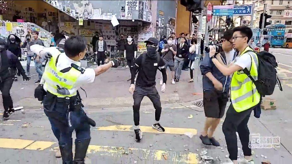 香港反送中11日發起新一波抗議活動,港警全面出動搜捕回應。東區西灣河更驚傳警察實彈連開三槍,過成全被現場民眾給拍攝下來。港警當街實彈射擊市民的驚險畫面,隨即引示威者和輿論的憤怒,大批市民現也朝向西灣河前進。圖片截取YouTube/Cupid Producer丘品創作 影片