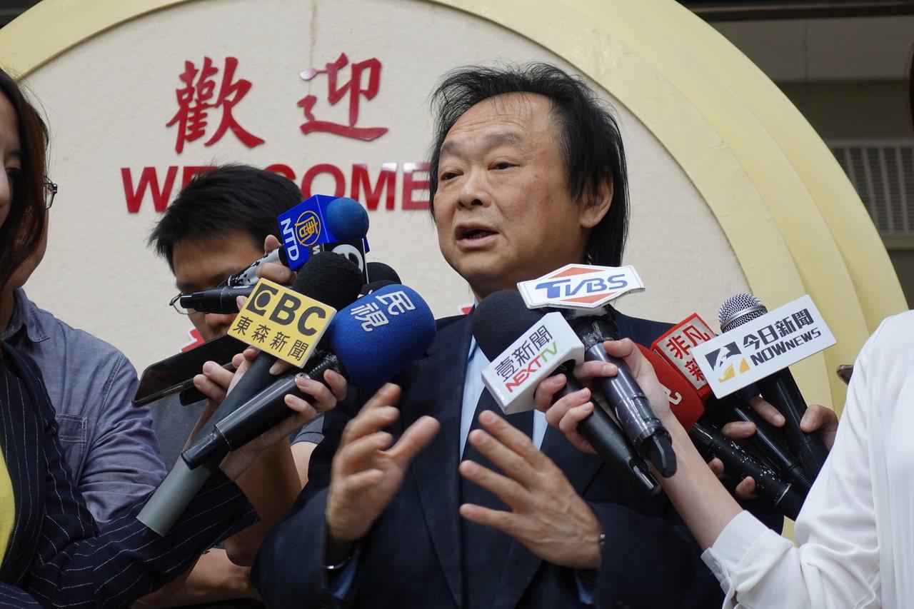 外界戲稱為有「伏龍命格」的民進黨市議員王世堅則認為,韓國瑜選在11月11日,上午...