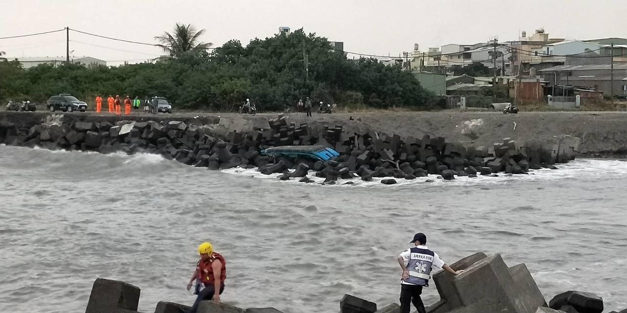 高雄林園區港嘴堤防外海,今天下午時傳出有2名男子落海失蹤,疑似因乘坐的竹筏與屏東...