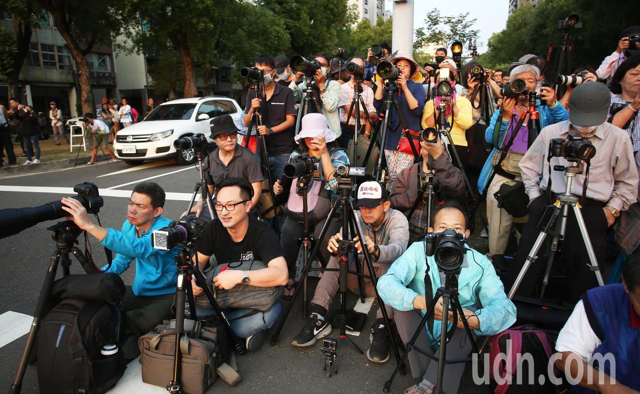 高雄市懸日美景又來了!為了讓民眾安心取景,警方特地在青年與民權路口機動封路讓民眾...
