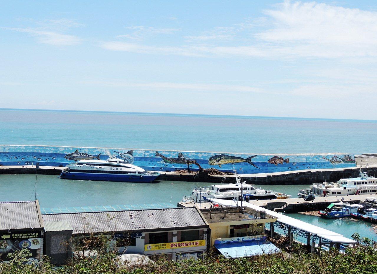 富岡漁港擴建工程今年6月動工,但完工無法停靠郵輪,縣議員黃治維表示:「7億這樣花...