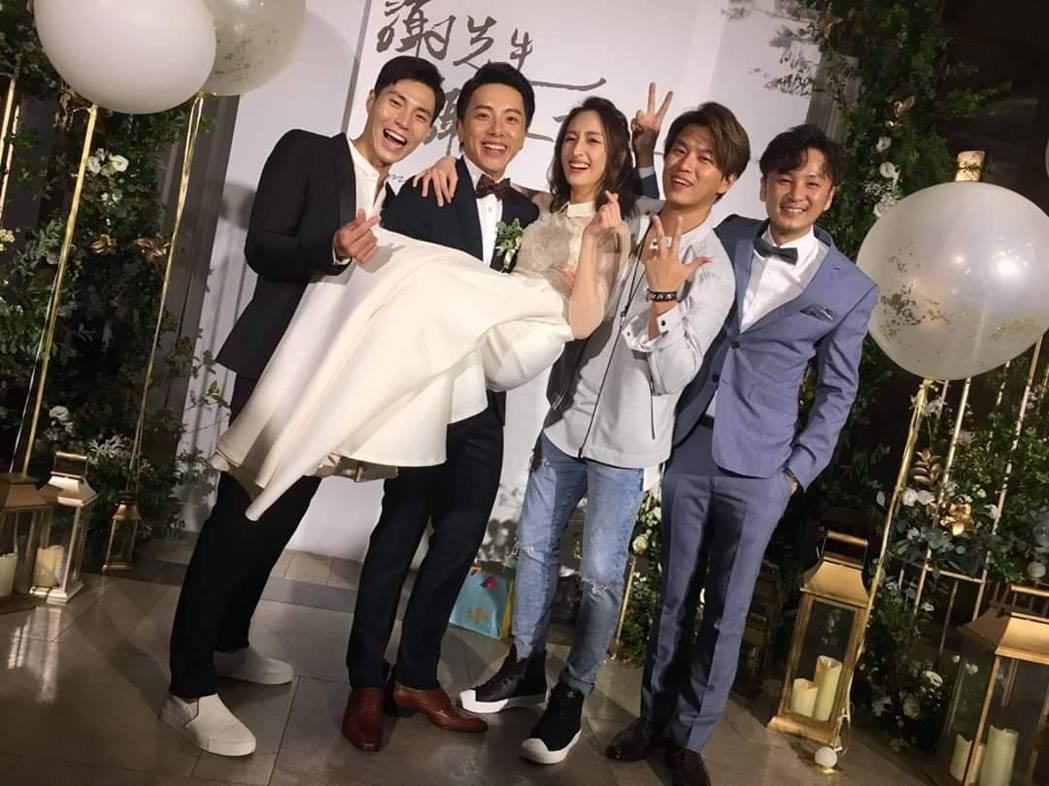 唐振剛(左)與其他Energy成員在謝坤達婚禮上合體。圖/摘自臉書
