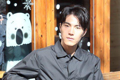 唐振剛最近在TVBS「天堂的微笑」中飾演「偶像醫生」,經常被許多「迷妹護士」包圍;戲外他在2007年加入偶像男團Energy,成為該團最後一名成員,他加入2年後團體解散,自嘲是「進去幫忙畫句點」。戲...