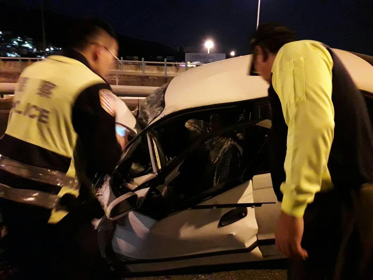 一輛自小客車駕駛今天傍晚疑逆向駛上基隆港西岸聯外道路北上出口,撞上聯結車,駕駛骨...