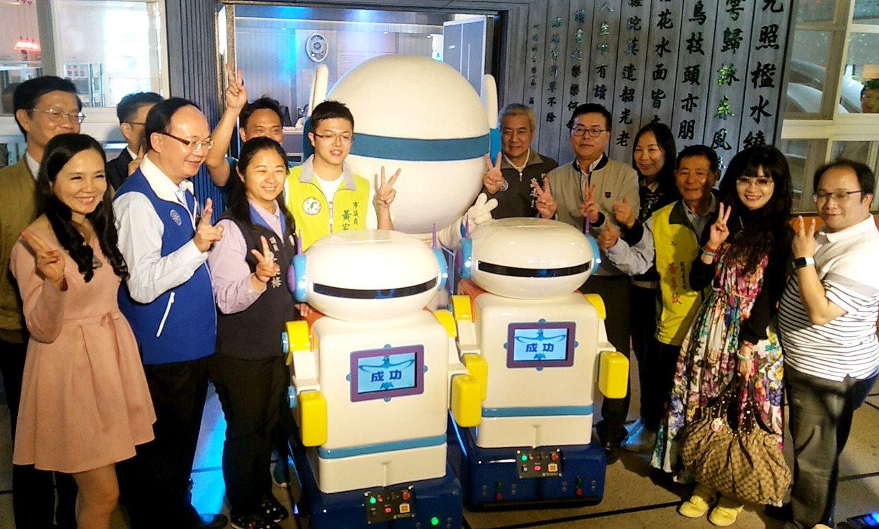 桃園市成功國小命名「成寶」校園服務型機器人發表啟用,會上下電梯提供送書,提供學生...