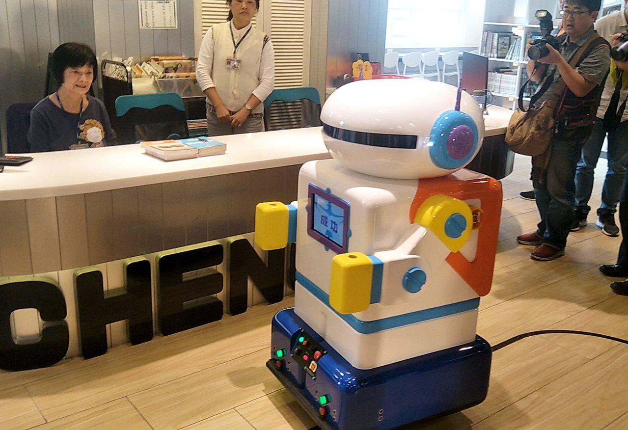 桃園市成功國小命名「成寶」校園服務型機器人發表亮相,且會送書運送、上下電梯,提供...