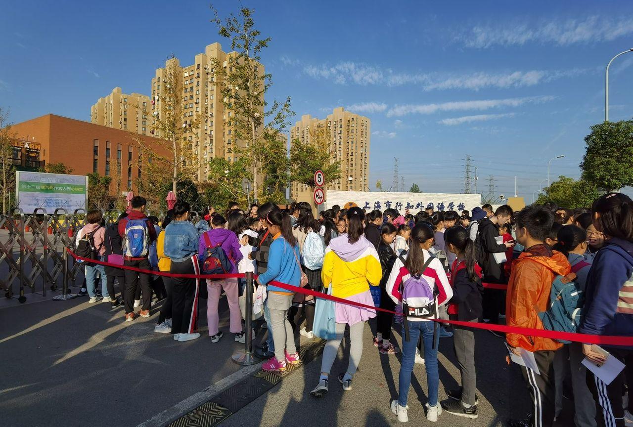 聯合盃作文賽上海賽區考生一早就聚集排隊等待入場。 圖/上海新民晚報提供