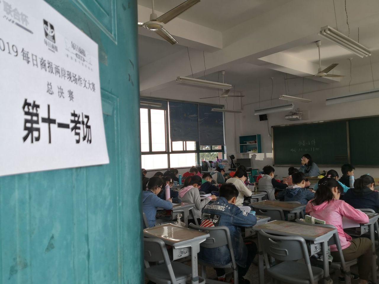 聯合盃杭州賽區學生專注寫作。 圖/杭州每日商報提供