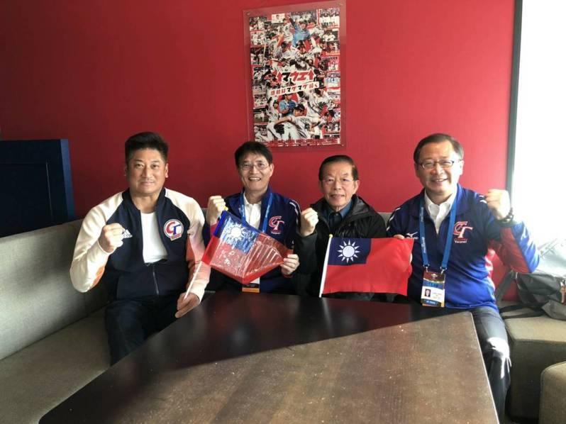 中華棒協理事長辜仲諒(左起)和體育署長高俊雄、駐日代表謝長廷、中職會長吳志揚一起觀戰。圖/中華棒球協會提供