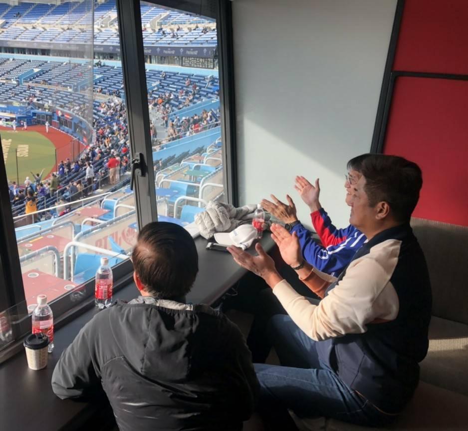 中華棒協理事長辜仲諒(右)觀看中華、墨西哥之戰,十分投入比賽。圖/中華棒協提供