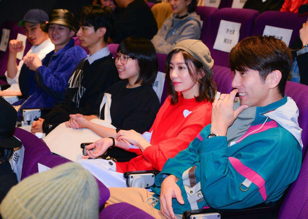 賈靜雯與修杰楷(右)一起欣賞「想見你」。圖/衛視中文台提供