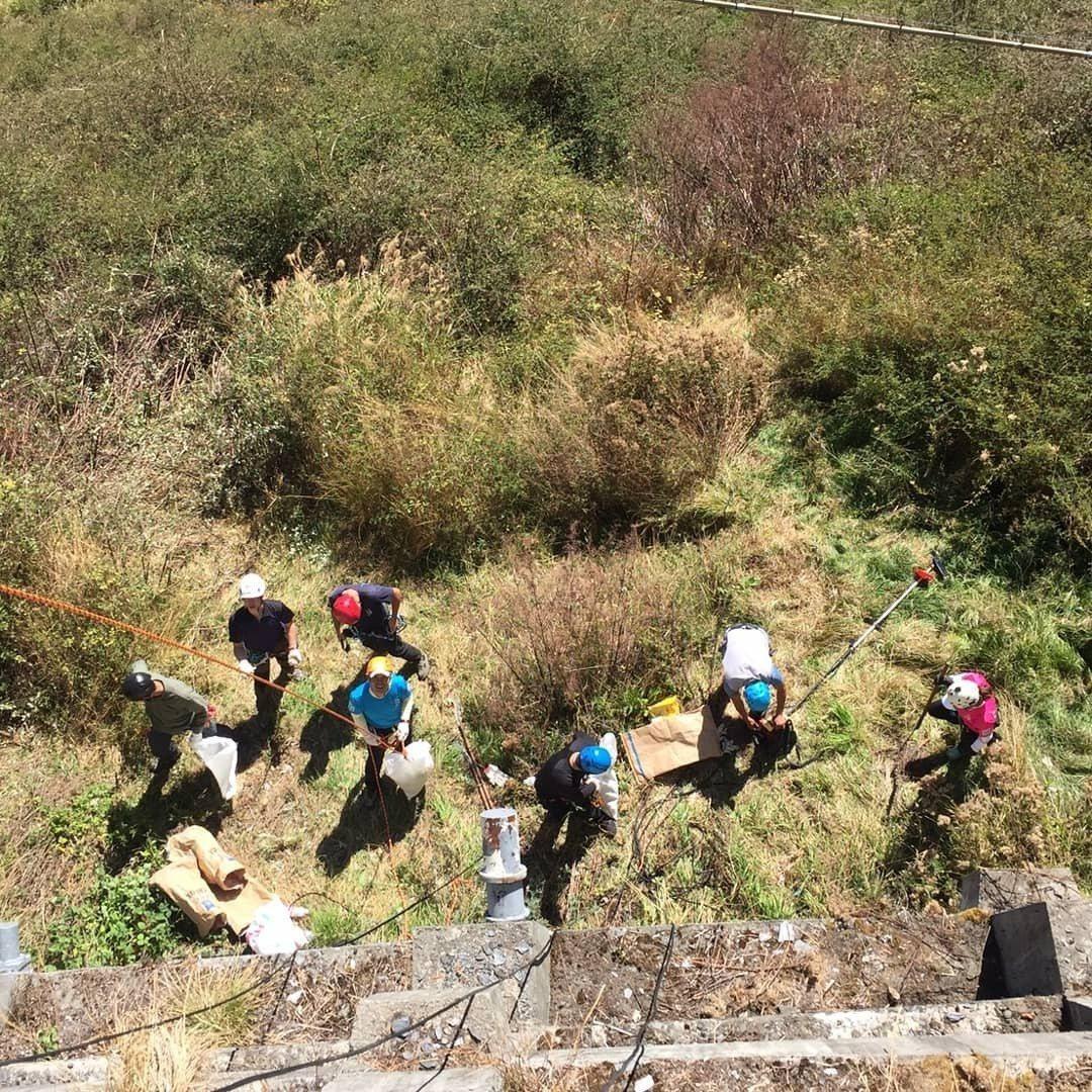 50名攀岩垂降好手自發性到中橫淨山,整理出約300公斤垃圾。圖/民眾提供