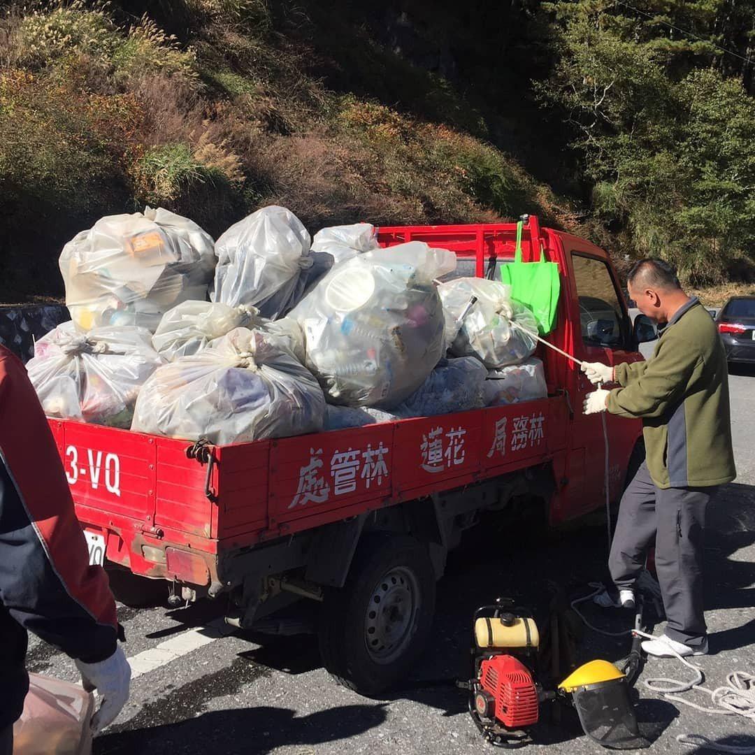 攀岩垂降好手們清出300公斤垃圾,請花蓮林管處協助清運。圖/民眾提供