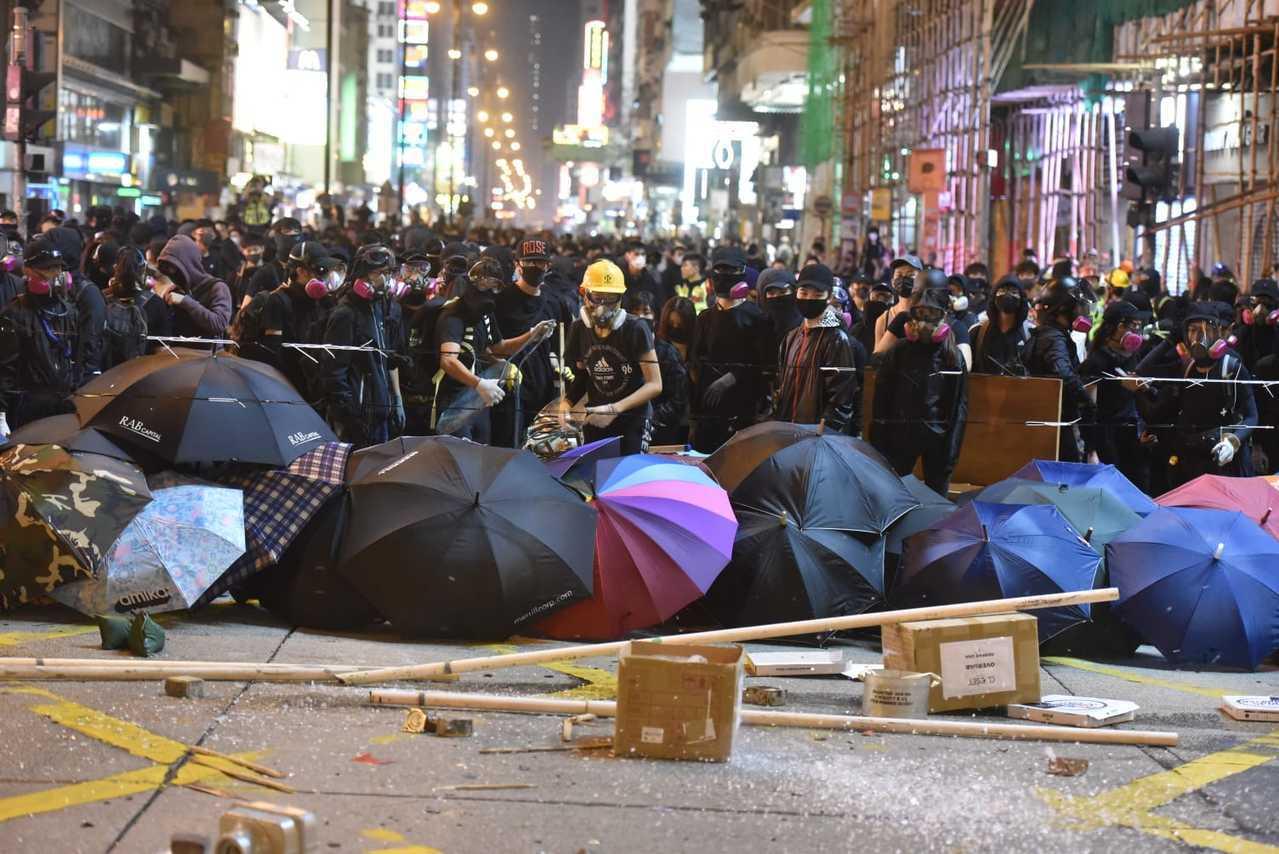香港反送中示威者堵塞彌敦道。取自星島網
