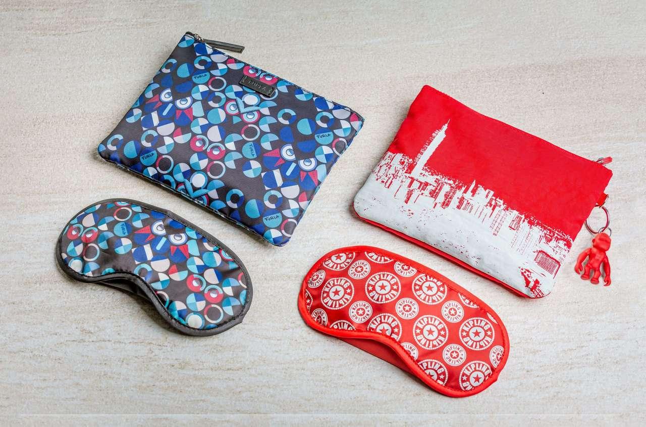 豪華經濟艙過夜包則改款,與Kipling合作結合了Kipling品牌特色包型。圖...