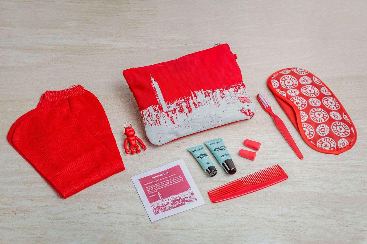 豪華經濟艙過夜包則改款,與Kipling合作結合了Kipling品牌特色包型、招...