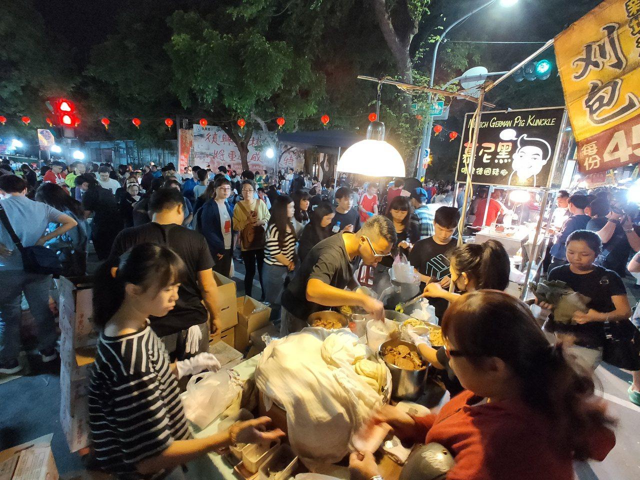 勞工夜市口頗具人氣的刈包攤大排長龍,蕭姓老闆說,要經營出一個買氣佳的攤子需要10...