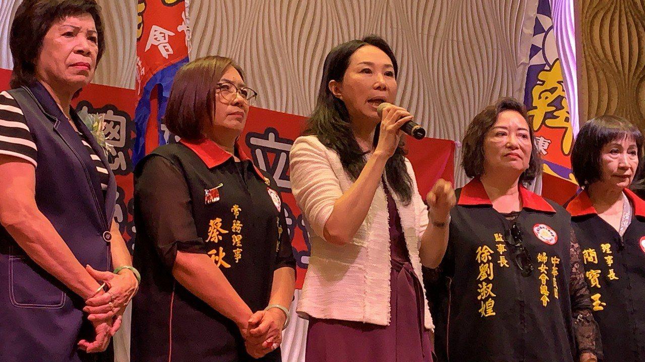 國民黨總統參選人韓國瑜的夫人李佳芬今到屏東參加婦女後援會時,提及有國小教「肛交」...
