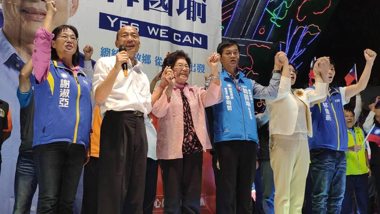 國民黨總統參選人韓國瑜(左二)今晚回到岳家雲林,在岳母程月昭(左三)等人陪同下參...