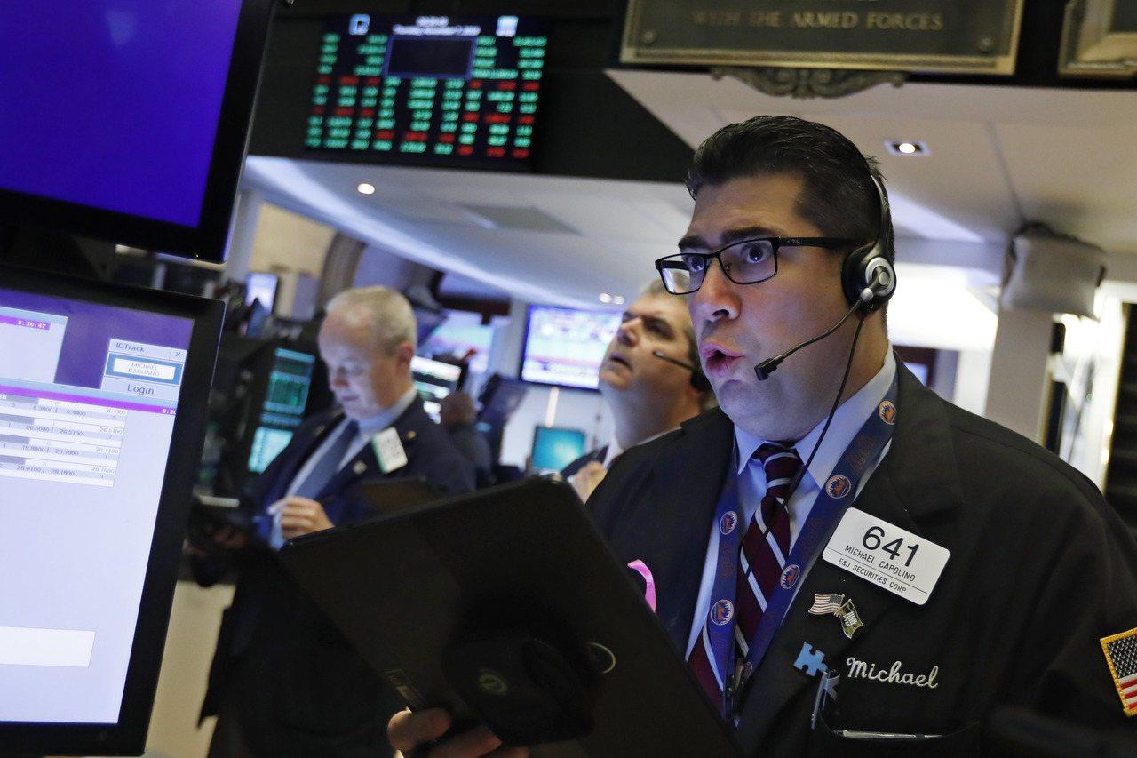 美國股市今(11)日早盤下跌,美中貿易擔憂依然徘徊不去。 美聯社