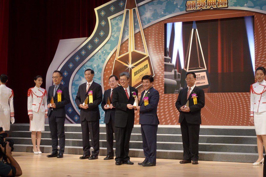 富士達保經董事長廖學茂(右三)榮獲四屆「傑出企業領導人獎」。富士達保經/提供