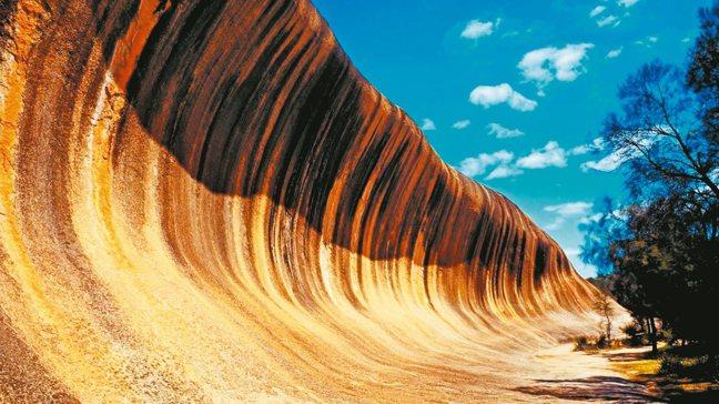 形狀似海浪的巨大岩石「波浪岩」。 圖/有行旅提供