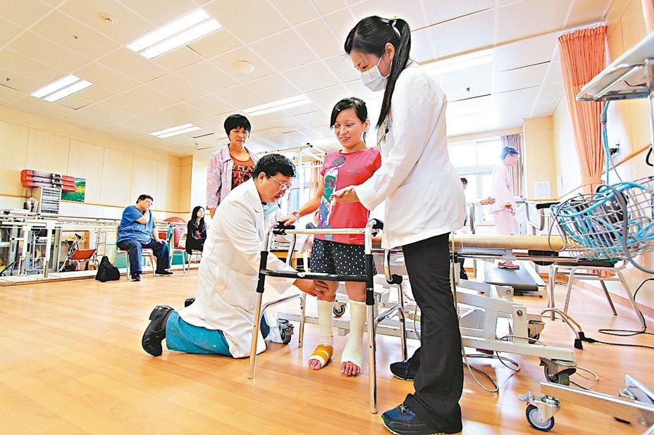花蓮慈濟醫院名譽院長陳英和(前排左)視病猶親,讓患者陳小姐深受感動,都稱呼他為「院長爸爸」。 圖/花蓮慈濟醫院提供