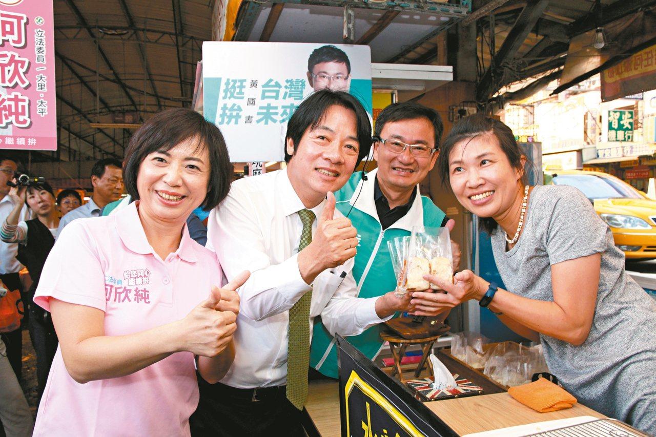 中市立委何欣純(左)選擇粉紅色當競選衣主軸;黃國書(右二)則採類似Tiffany...