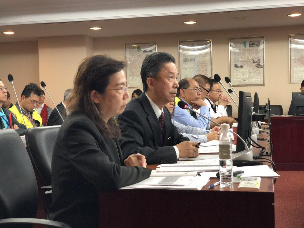 北市府昨赴議會民政委員會進行專案報告,發言人周台竹(前排左二)強調,以「台灣台北...