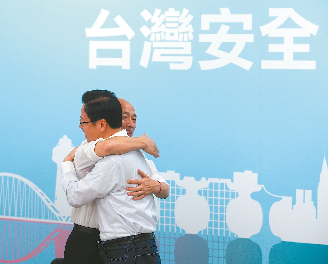 國民黨總統參選人韓國瑜昨宣布與國政顧問團總召張善政搭檔,兩人熱情擁抱。 記者劉學...