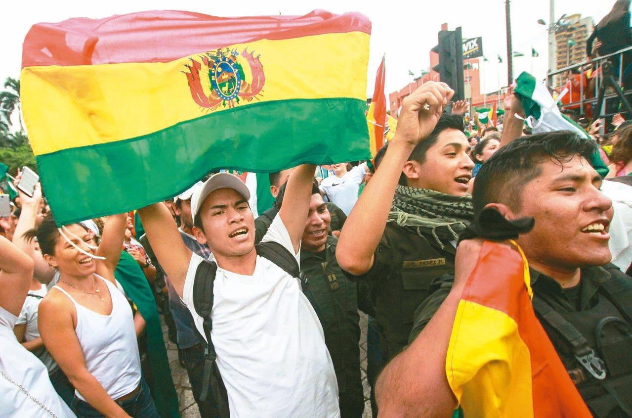 玻利維亞群眾十日在最大城聖克魯斯街頭,慶祝總統莫拉萊斯下台。(法新社)