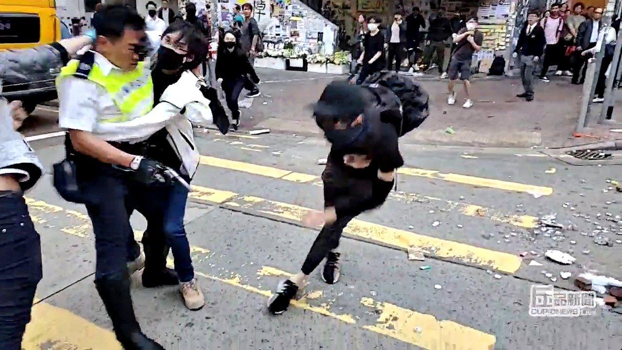 香港警方昨天向反送中示威者開槍。路透