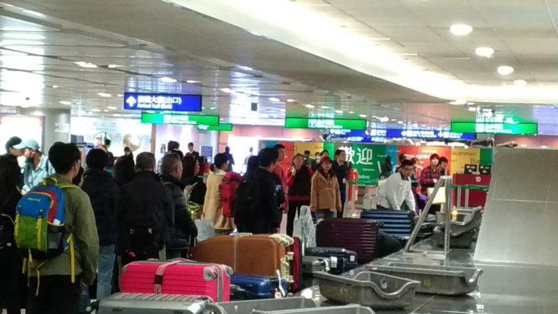 為增加機場建設財源,機場服務費應專款專用,圖為旅客在桃園機場提領行李。 圖/聯合報系資料照片