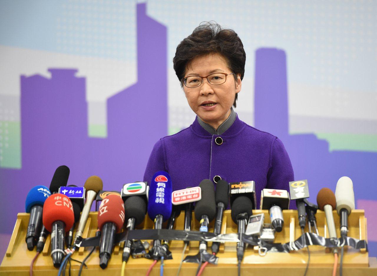 香港特首林鄭月娥批有人對政見不同的普通市民,淋易燃液體並點火。(中新社)