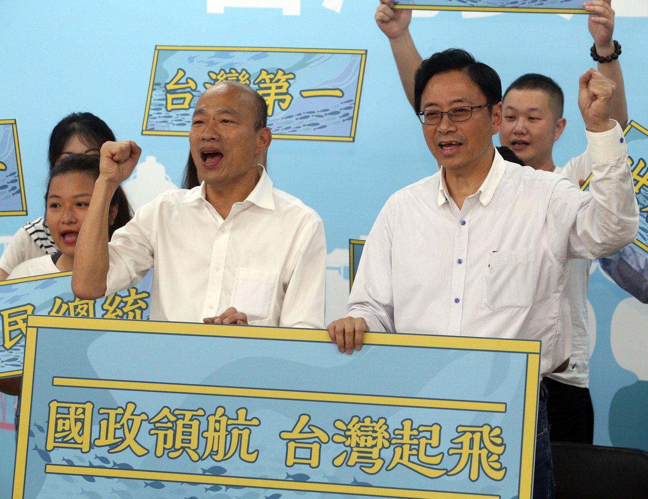 韓國瑜(左)昨宣布與國政顧問團總召張善政(右)搭檔,角逐明年總統大選。記者劉學聖...