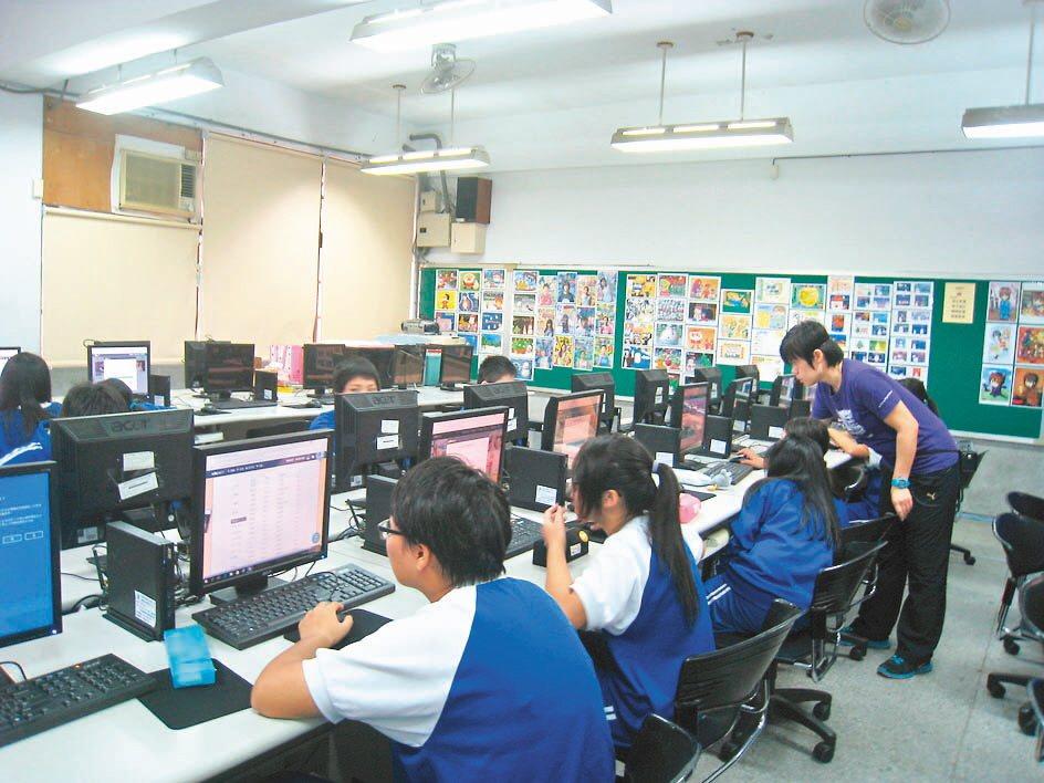 因應十二年國教課綱開設多元選修課,許多課程需使用電腦教室。圖為安康高中電腦教室。...