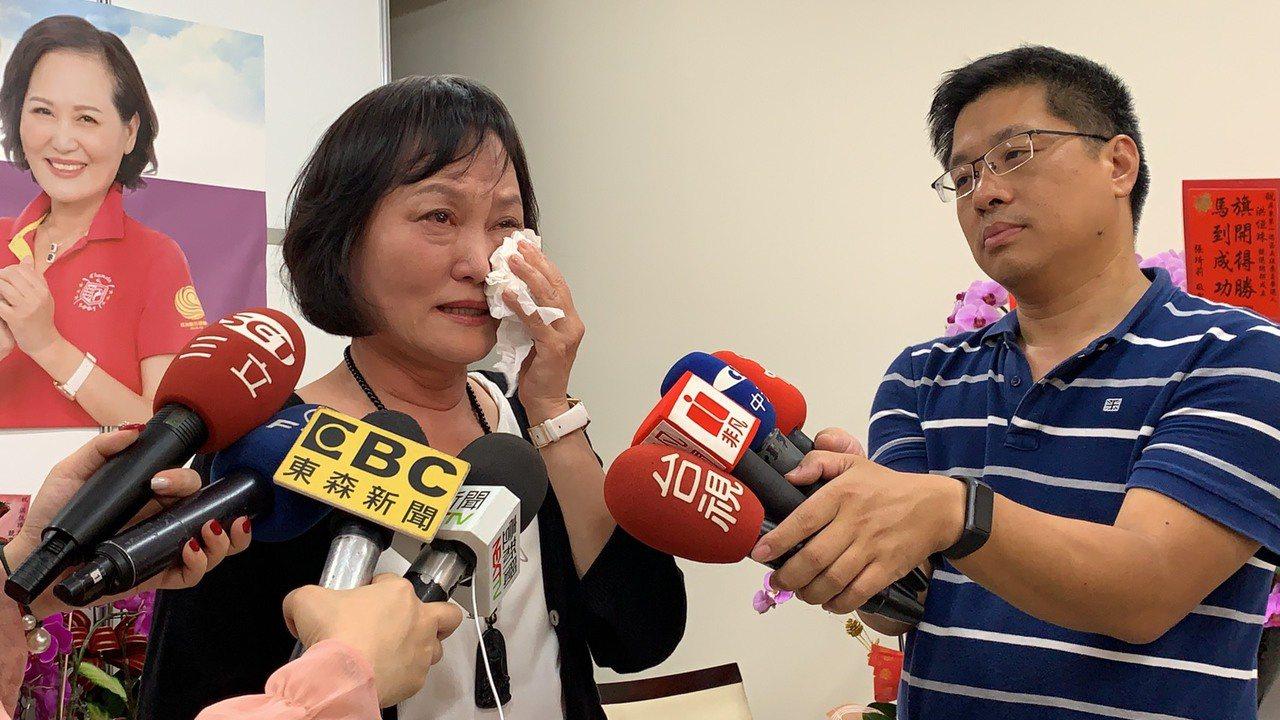 洪恒珠談到退選的理由,聲淚俱下。記者翁禎霞/攝影