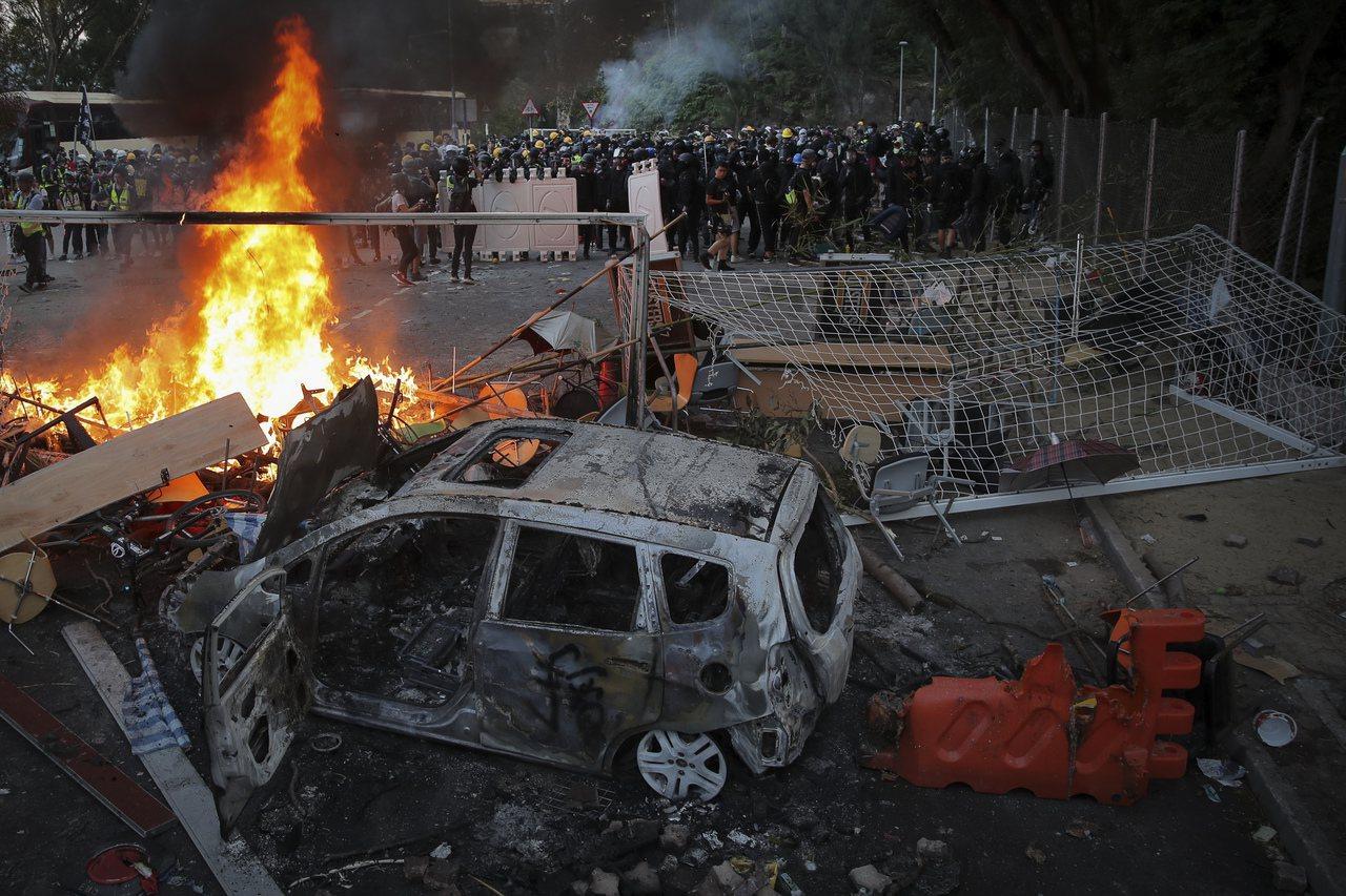 校園爆發反送中示威者與警察衝突,各級學校15至17日停課。美聯社(資料照片)