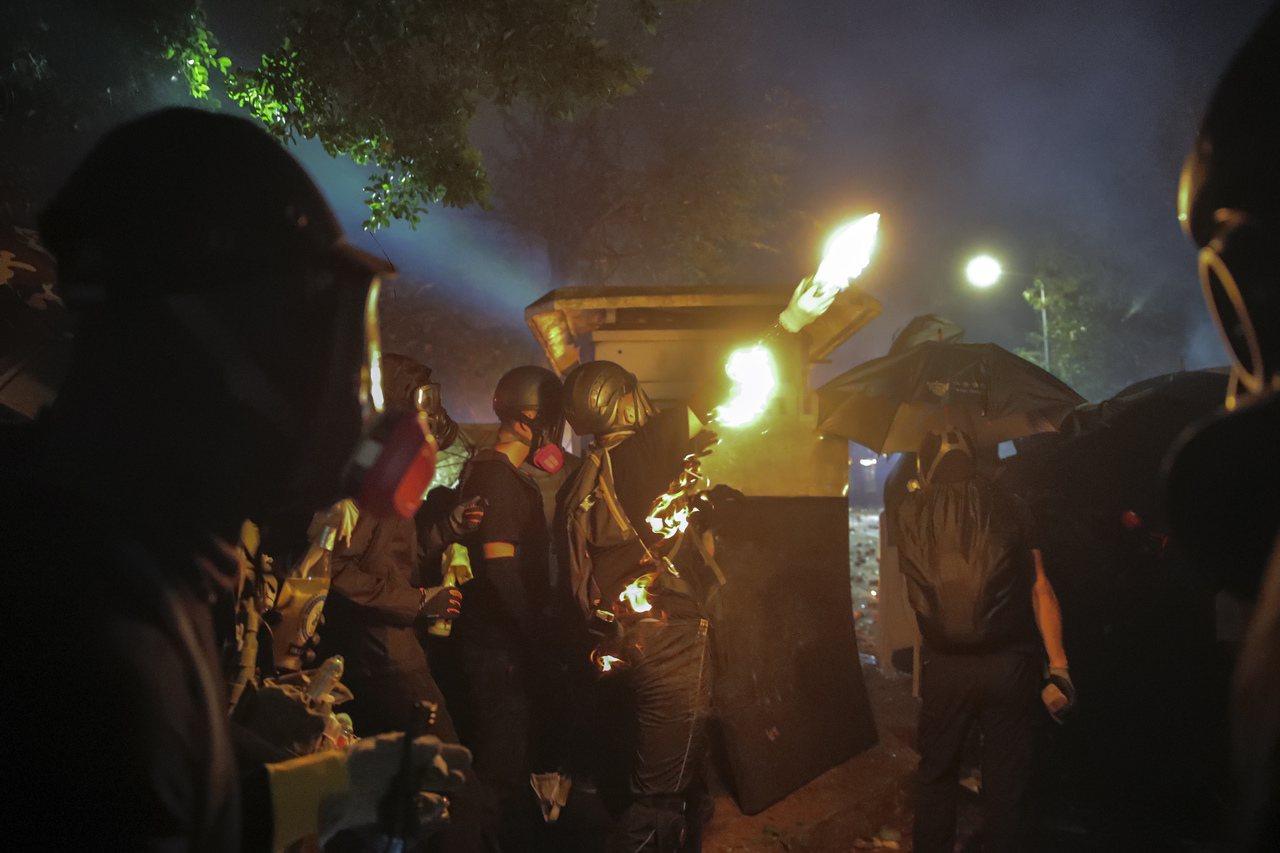 香港中文大學內爆發嚴重衝突,警方出動水炮車噴灑藍色水劑,示威者不斷投擲汽油彈反擊...