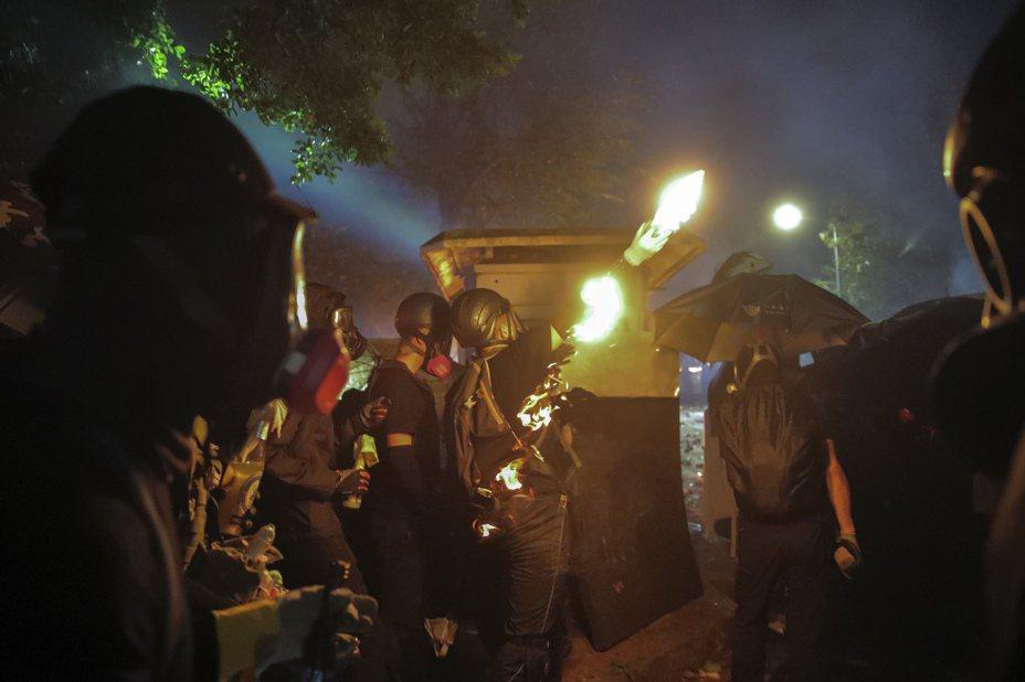 香港中文大學內爆發嚴重衝突,警方出動水炮車噴灑藍色水劑,示威者不斷投擲汽油彈反擊。美聯社