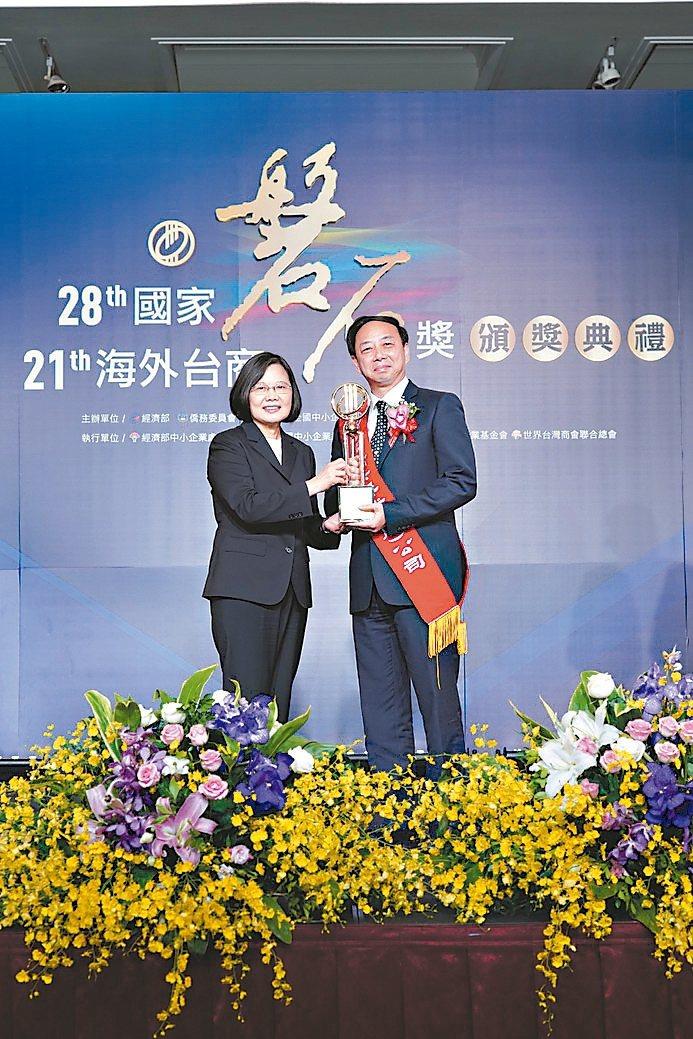 精奕興業總經理吳榮鋒(右)接受總統蔡英文頒發國家磐石獎獎座。 圖/精奕興業提供