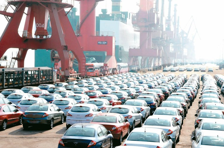調查研究顯示,逾八成全球投資者計劃增加對中國投資。圖為中國大批國產汽車在連雲港口...