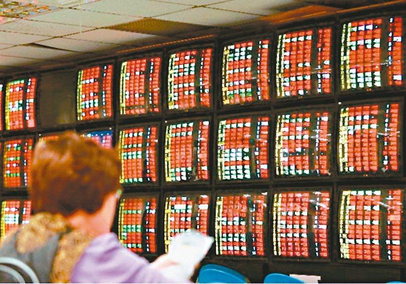 台股13日開低走低,蘋概三王走弱收黑,終場以11,467.83點作收,下跌52.54點,成交量1,148.21億元。 報系資料照